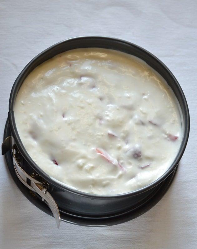 Torta fresca yogurt e fragole: unire le fragole al composto e versarlo nello stampo