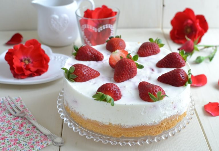 Torta fresca yogurt e fragole: servire la torta
