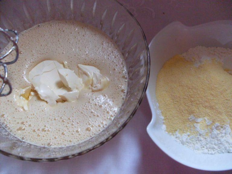 Tagliare le mele a spicchi, irrorarle con il succo di limone per non farle annerire e mettere da parte. Lavorare la valle' con lo zucchero di canna, aggiungere le uova e la scorza degli agrumi (a piacere scorza di limone e arancia). <br /> Man mano incorporare le due farine con il lievito ben setacciate. <br />