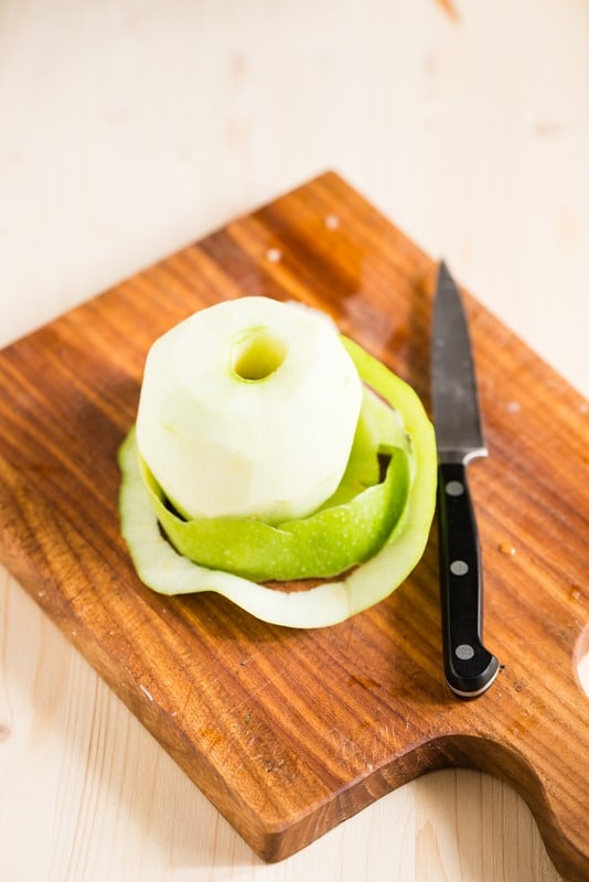 Sbucciate le mele, togliete il torsolo e affettatele sottilmente.