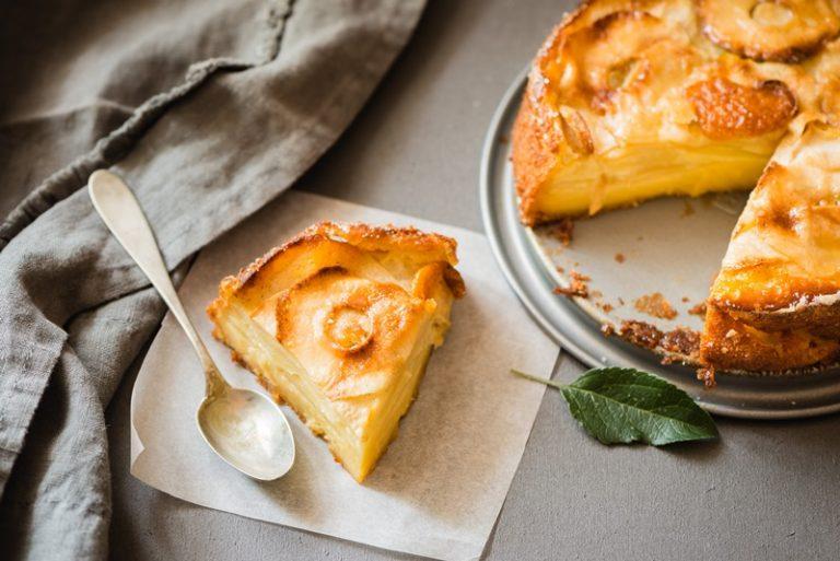 A fine cottura lasciate raffreddare la torta e poi servite.