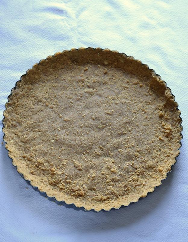 Pressate il composto sul fondo e sul bordo dello stampo in modo da formare un guscio. Mettete in frigo per un'ora almeno (ma meglio due)