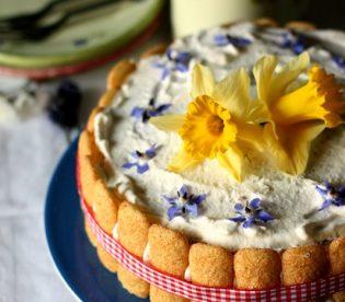 Torta primavera con marmellata: decorare con i fiori