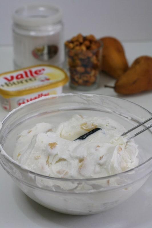 aggiungere la panna montata e lasciar riposare la farcia in frigo per almeno 2 ore