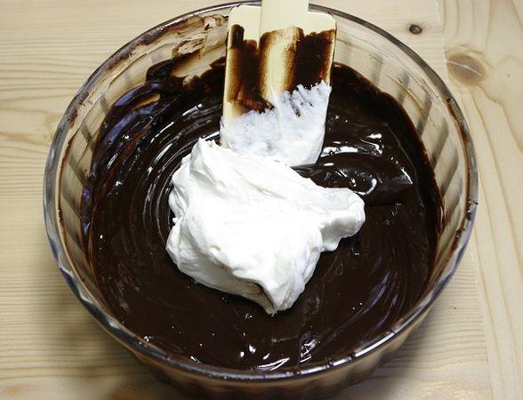 Poi lasciare raffreddare. Montare 180 ml di panna non completamente quindi unirla al cioccolato.