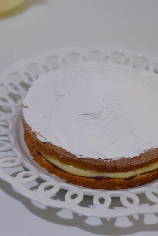 ricoprire con la panna montata l'ultimo strato di torta, formando un cupolone