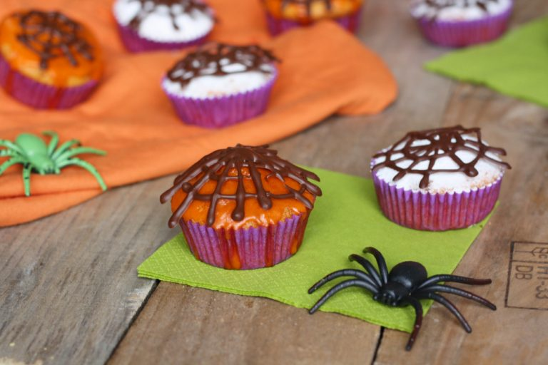Decorare i dolcetti disegnando delle ragnatele con il cioccolato fondenteBuoni dolci di Halloween da Ramona e da Vallé ♥