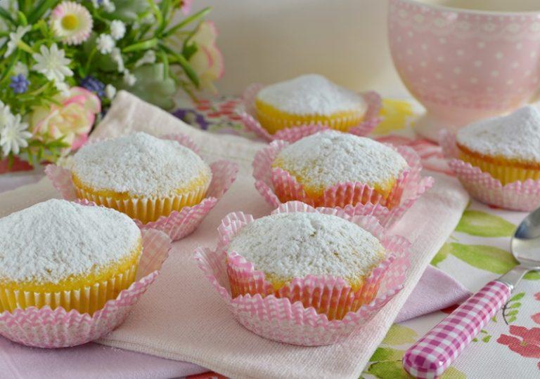 Dividete il composto in 12 stampini da muffins, infornateli a 170° per circa 20-25 minuti. Sfornate ed una volta freddi cospargete di zucchero a velo.