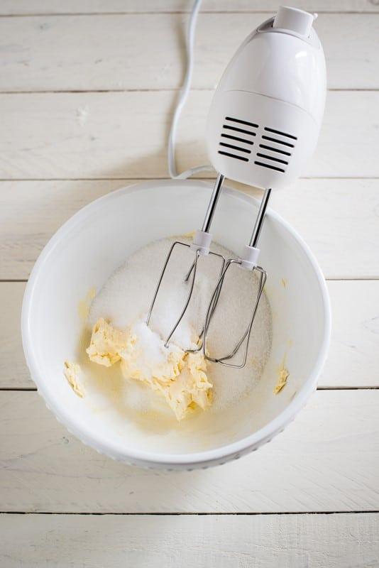 In una ciotola lavorate la margarina e lo zucchero con una frusta a mano o con quella elettrica fino ad ottenere un composto molto cremoso.