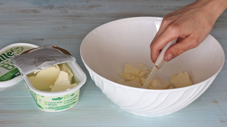 Iniziate preparando la frolla. Mettete in una ciotola la Vallé Bio ben fredda e tagliatela a cubetti. <br />