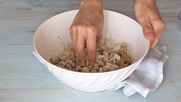 Unite la farina e lo zucchero setacciandoli insieme, il pizzico di sale e i restanti ingredienti.<br /> Impastate velocemente con le punte delle dita fino a formare una palla omogenea.