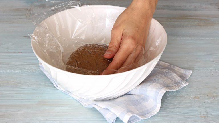 Coprite la frolla con pellicola da cucina e mettetela in frigo a riposare per mezz'ora.