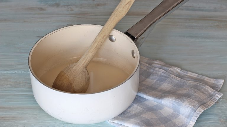 Accendete il forno a 180°C e dedicatevi alla crema frangipane. Mettete 200ml di latte di riso con lo zucchero in un pentolino e portate ad ebollizione. A parte, mescolate in una ciotola capiente la fecola di patate con i restanti 50ml di latte di riso fino a formare una cremina liscia senza grumi, aggiungete il latte di riso bollente e mescolate bene. Riversate il tutto nel pentolino e portate a bollore, continuate la cottura a fiamma bassa mescolando per un minuto.