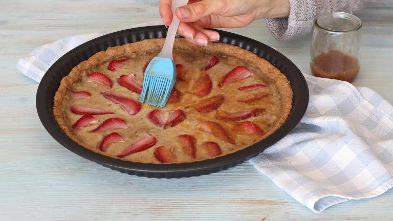 Fate cuocere in forno per 20 minuti poi sfornate e spennellate subito la superficie con la gelatina di albicocche. Servite la crostata tiepida oppure fredda, si conserva bene in frigorifero per 3-4 giorni.