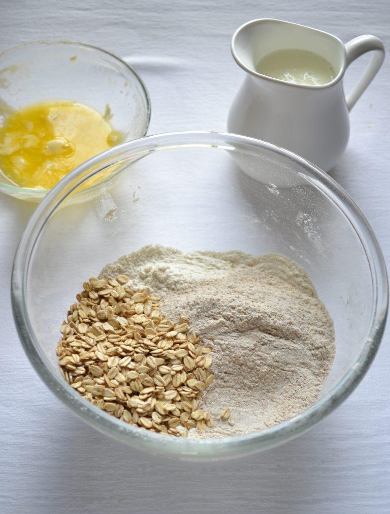 Accendete il forno a 200 gradi. Foderate una leccarda con carta forno. Fate sciogliere la Vallé a bagnomaria o nel microonde e mettete da parte. In una ciotola capiente, mescolate le farine, l'avena, il bicarbonato, il sale e 35 gr di zucchero.