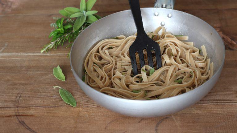 Scolate i tagliolini tenendo un mestolino di acqua di cottura, mettete la pasta nella padella con Vallé Soia, il frullato di erbe e l'acqua di cottura. Saltate a fiamma viva per un minuto, mescolando per amalgamare il tutto.
