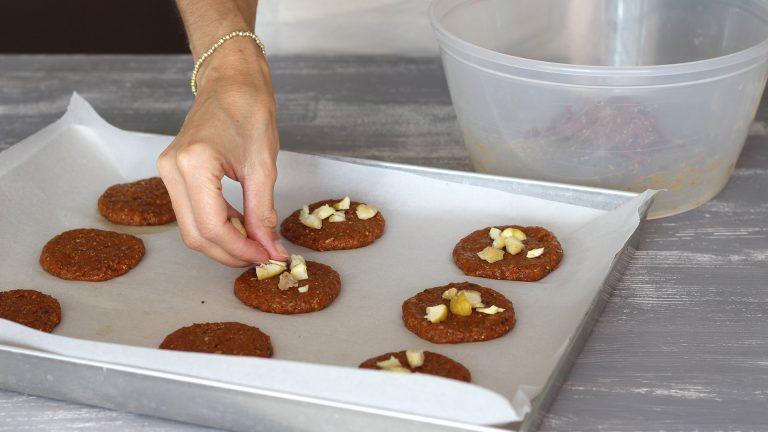 Con le mani leggermente inumidite formate i cookies, appiattendo allo spessore di 1cm delle palline di impasto grandi circa come una noce, su una teglia coperta con carta forno. Guarnite con le castagne bollite sbriciolate e una spolverata di zucchero di canna.