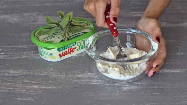 Unite la farina con le foglie di timo, un pizzico di sale e Vallé Soia fredda tagliata a cubetti. Amalgamate velocemente con una forchetta per ottenere un comoposto formato da grosse briciole. Aggiungete i semi di girasole, mescolate brevemente e riponete il tutto in frigorifero.