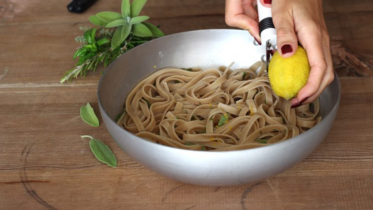 Aggiungete la scorza del limone grattugiata finemente, la granella di nocciole e servite.