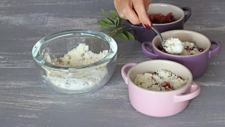 Preparate una teglia unica di 20cm di diametro o quattro monoporzioni, ungete leggermente il fondo con Vallé Soia e adagiate le verdure cotte. Ricoprite con l'impasto crumble e cuocete in forno già caldo a 180°C per 30 minuti (20 minuti le monoporzioni).