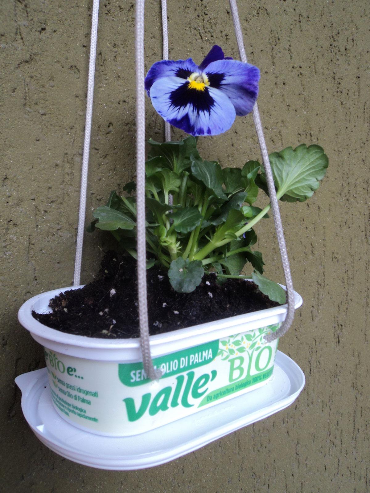 Idee Per Vasi Da Fiori idee per riciclare la plastica: la fioriera da balcone e la