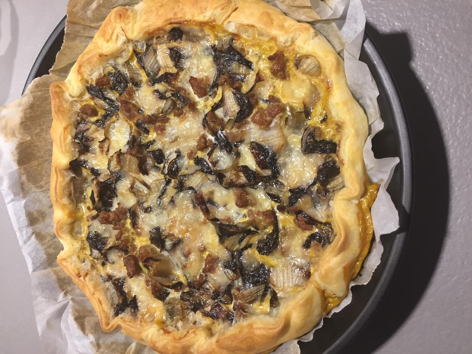 Torta sfoglia a base di di insalata trevisana, polpa di pere, gorgonzola e stracchino