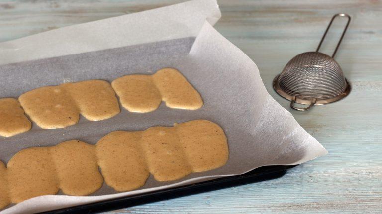 Accendete il forno a 180 gradi. Ricoprite una teglia con carta forno, mettete l'impasto in un sac a poche e formate le cialde. Potete dare la forma desiderata oppure stendere l'impasto in un rettangolo unico, che potrete spezzare dopo la cottura; se volete un aspetto finale caramellato, spolverizzate le cialde con poco zucchero di canna a velo. <br />