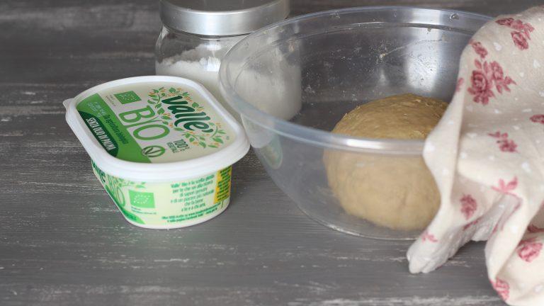 Unite nella ciotola con la farina il composto di latte e zucchero, il sale e Vallé Bio ben sciolta. Impastate fino ad ottenere un panetto omogeneo, che lascerete lievitare coperto con un canovaccio per 1 ora.