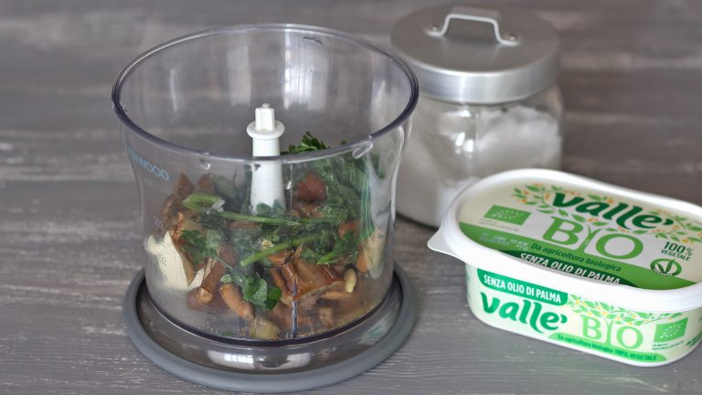 il ciuffo di prezzemolo, il succo di mezzo limone e Vallé Bio. Aggiungete un pizzico di sale e frullate fino a ottenere una crema omogenea.