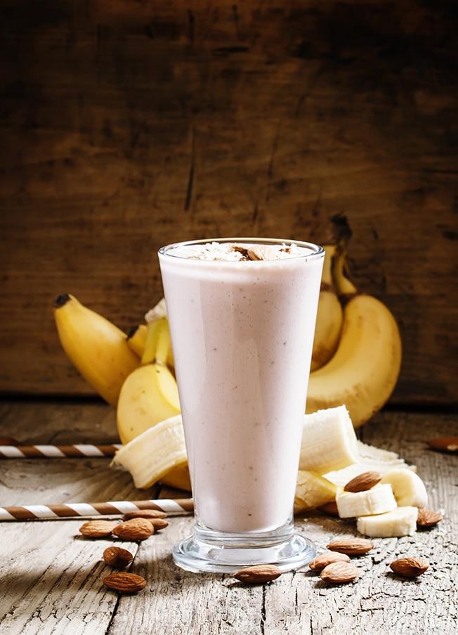 Frullato di banana con yogurt e mandorle