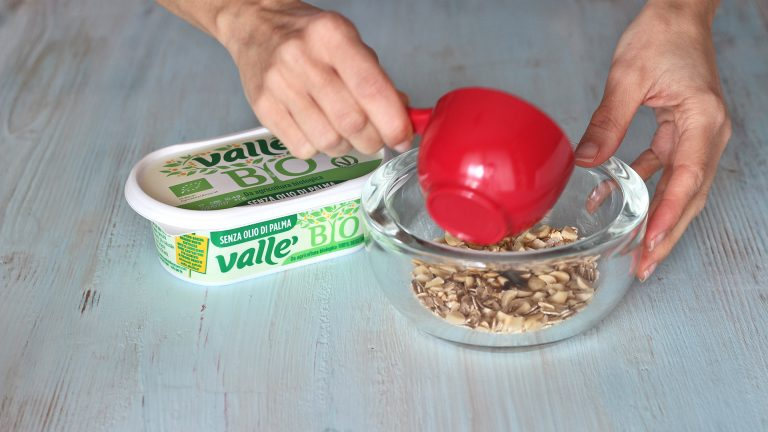 Aggiungete lo sciroppo d'acero e Vallé Bio ammorbidita, impastate velocemente con le punte delle dita per ottenere un composto sabbioso che farete riposare in congelatore 10 minuti.
