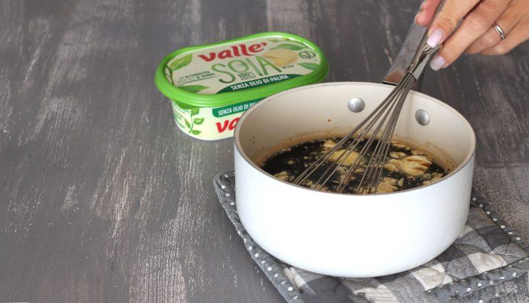 Scaldate l'acqua in un pentolino (senza farla bollire), aggiungete il caffè solubile, l'estratto di vaniglia, lo zucchero e Vallé Soia a pezzetti. Mescolate con una frusta fino a che lo zucchero Ë sciolto completamente e mettete da parte a raffreddare.<br />