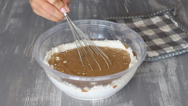 Unite al centro della ciotola, poco per volta, gli ingredienti liquidi a temperatura ambiente mescolando con la frusta per ottenere un impasto liscio e omogeneo.<br />