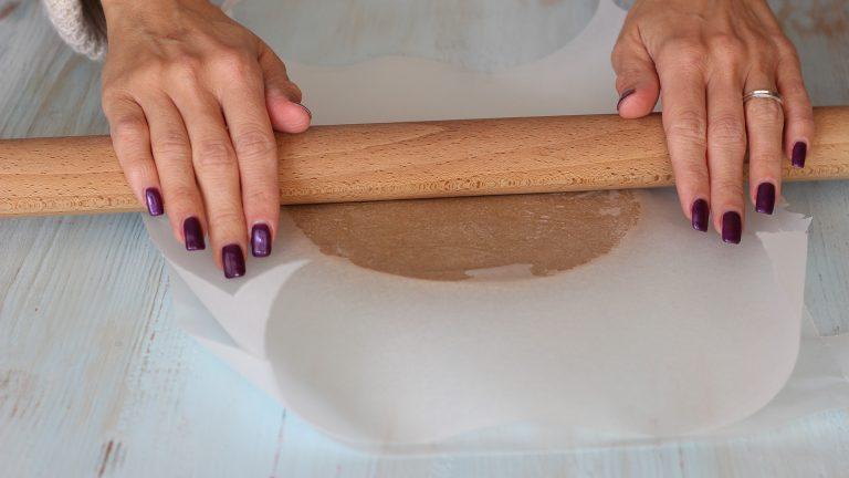 Stendete la frolla per le raviole tra due fogli di carta forno, allo spessore di 3-4 mm.<br />