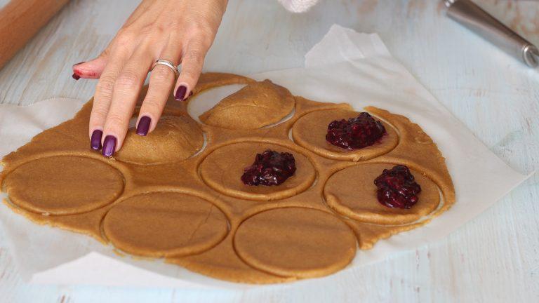 Ritagliate dei cerchi di circa 6 cm di diametro e farciteli con un cucchiaino di marmellata. Chiudete i cerchi a metà e premete bene i bordi con le dita per sigillare.<br />