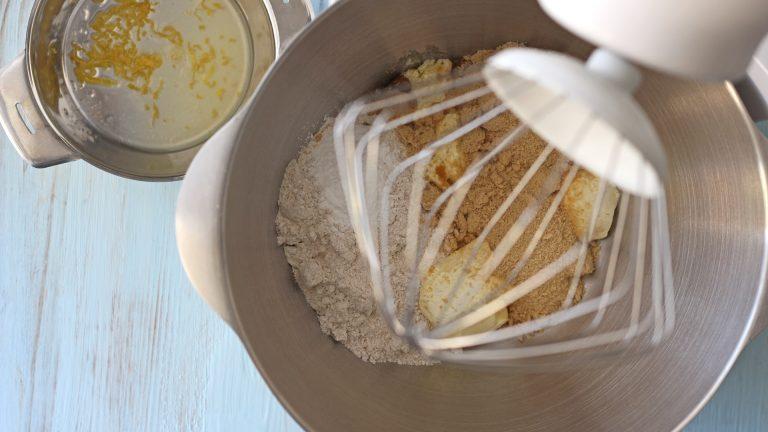 Mettete in una ciotola capiente o nella planetaria la farina, lo zucchero, il lievito e Vallé Bio ammorbidita. A parte spremete il limone e ricavatene la scorza.