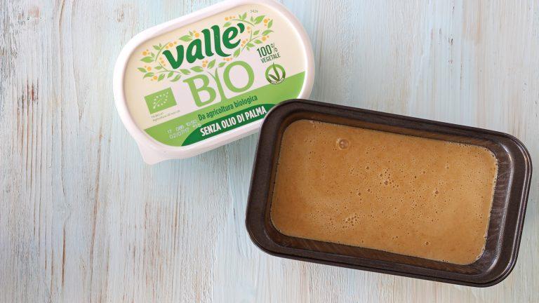 Ungete leggermente usando Vallé Bio uno stampo da plumcake da 20cm e versatevi l'impasto.