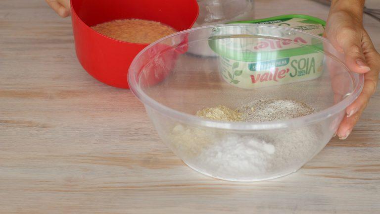 Unite in una ciotola le farine con la fecola e il pizzico di sale. A parte, in un'altra ciotola, gli ingredienti liquidi: acqua, latte di soia e Vallé Soia ammorbidita.
