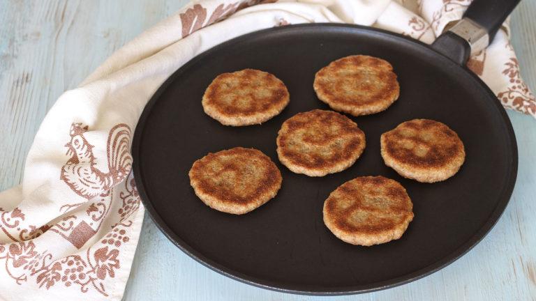 Cuocete le tigelle sul testo caldo o su una padella antiaderente a fuoco basso, facendole dorare leggermente su ambo i lati.