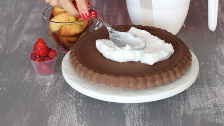 Una volta sfornata e raffreddata la base della crostata, farcitela con la panna di cocco e la frutta fresca.
