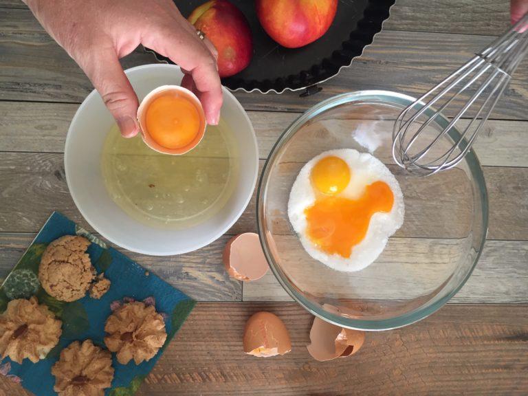 In una ciotola mescolare lo zucchero e i tuorli fino a formare una crema chiara e spumosa. Aggiungere la margarina e subito dopo la farina e lievito setacciati, poco per volta e gli amaretti sbriciolati.