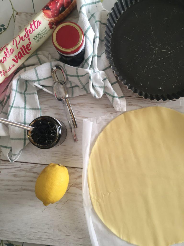 Srotolare un rotolo di pasta Frolla Vallé e sistemarla in una teglia antiaderente per crostate.