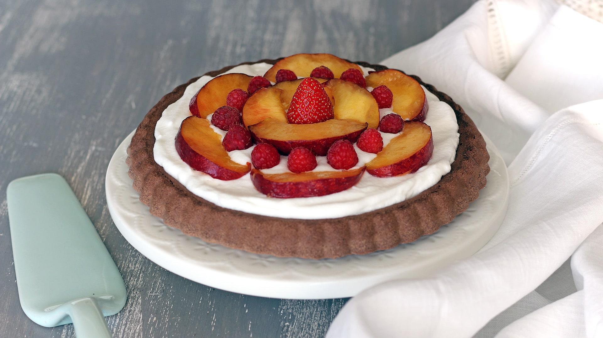Crostata morbida al cacao, cocco e frutta fresca