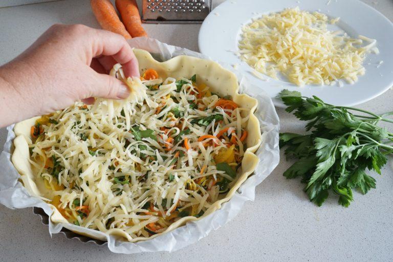 Tagliare julienne l'emmenthal e distribuirlo sulle verdure.