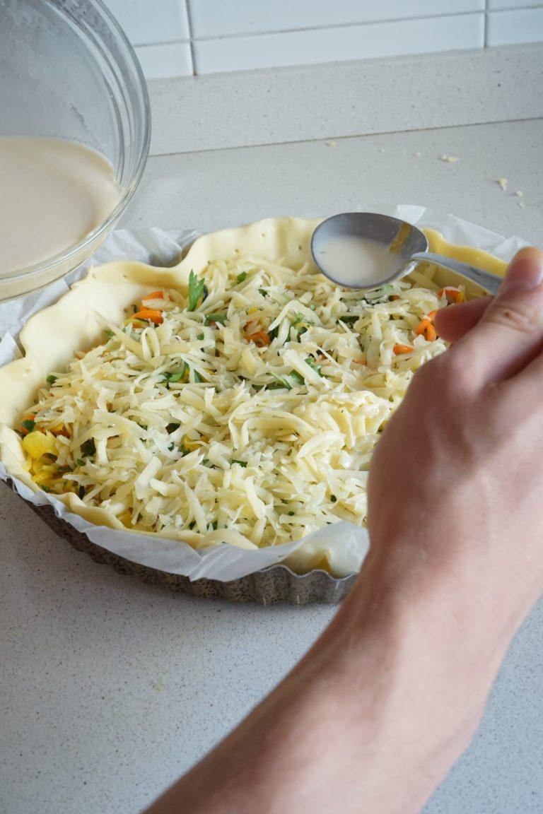 In una ciotola sbattere le uova con la panna e la noce moscata. Versare il tutto nella teglia avendo cura di coprire uniformemente il ripieno.<br />