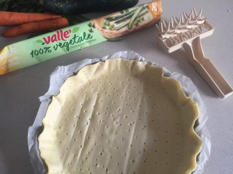 Srotolare la Brisée Vallé 100% vegetale e bucherellarla con l'apposito attrezzo o con una forchetta.