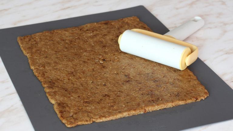 Nel frattempo preparate il ripieno: tagliate a pezzi le prugne e cuocetele a fuoco dolce con lo zucchero e le spezie fino a che diventano morbide. Frullatele e lasciatele da parte. Stendete la frolla per i biscotti in un rettangolo dello spessore di circa 3mm e fate riposare ancora in frigorifero per 10 minuti.