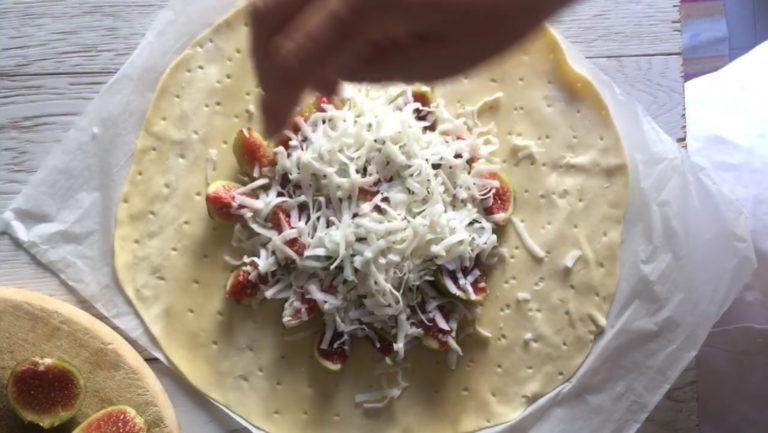 Grattugiare direttamente l formaggio julienne sui fichi.