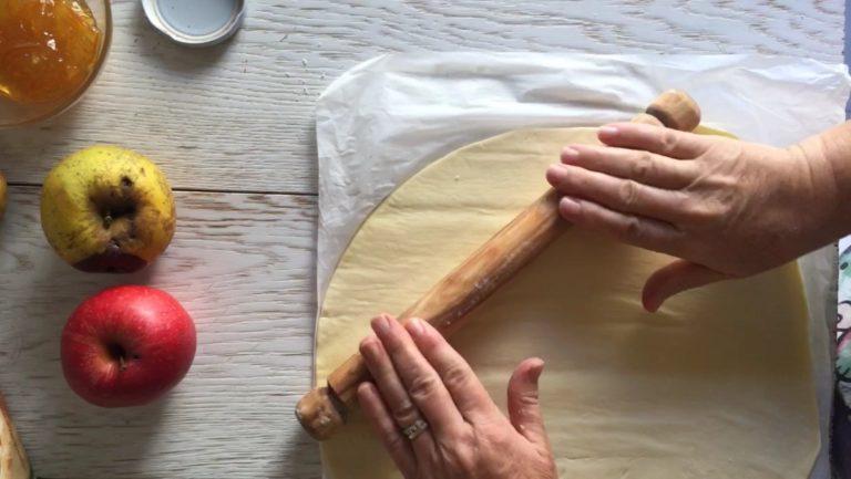 Srotolare la confezione di sfoglia Vallé 100% vegetale, sulla sua stessa carta da forno. Essendo rotonda, cercare di renderla quadrata aiutandovi con un matterello, 'allungando' i bordi ai quattro lati.