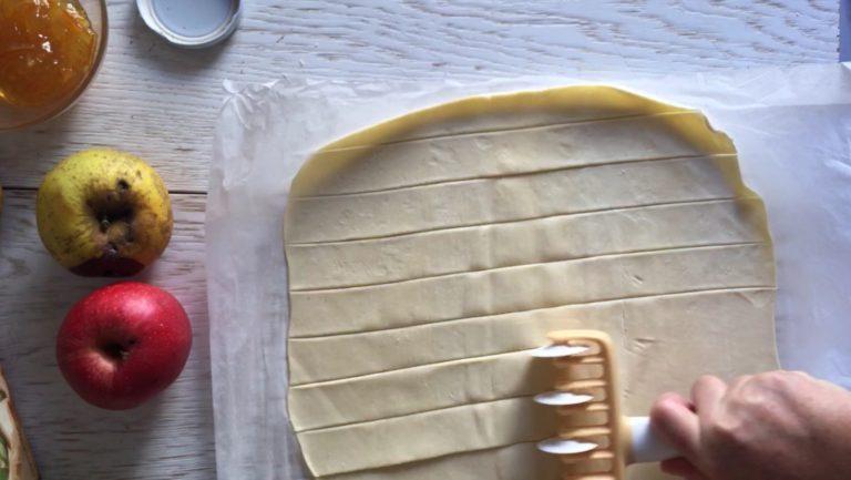 Tagliare tante strisce uguali della larghezza di almeno 2, 5 cm (aiutatevi con una riga).